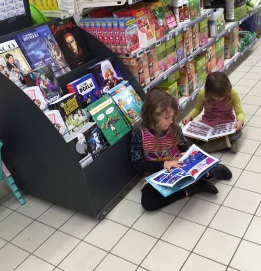 Lezende kinderen in de Super U