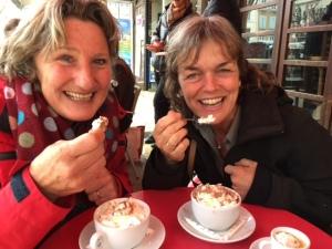 cappuccino-op-een-terras-in-valence