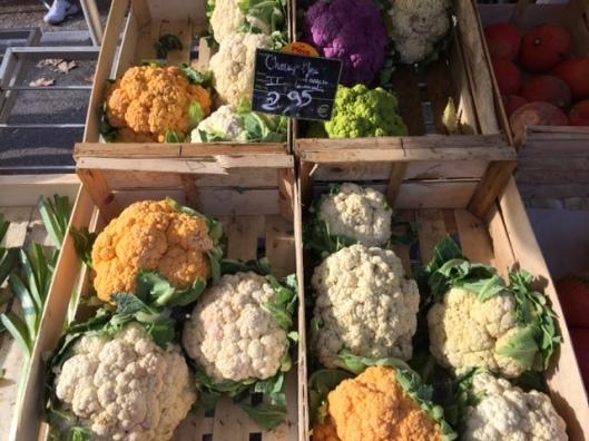 gekleurde-bloemkolen-op-de-markt