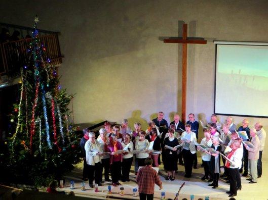 het-koor-aan-het-zingen-tijdens-kerstfeest-desaignes