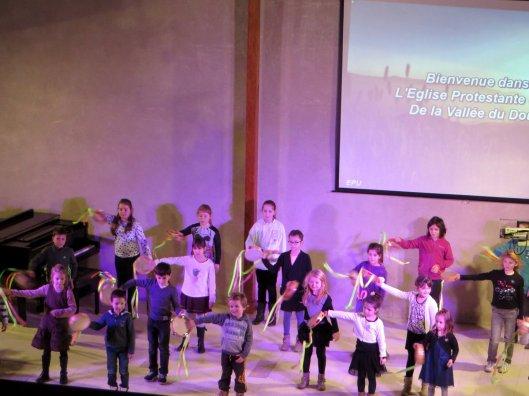 kinderen-dansen-tijdens-kerstfeest